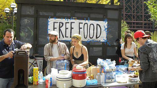 Droom: één dag koken voor degenen die in armoede leven - LeefBewust.NU. Deel gerust als je mij wil helpen om aan genoeg vrijwilligers te komen en wellicht ken je iemand die financieel ook wil helpen. Het hoeft niet binnen een maand of drie plaats te vinden. Wel handig om alvast een inventaris te houden van wie mee willen helpen. Bedankt alvast voor het delen en doorsturen van de vrijwilligers, [professionele] begeleiders en of [financiële] sponsors. Namasté, Tammy Wong van Kokenmetspecerijen