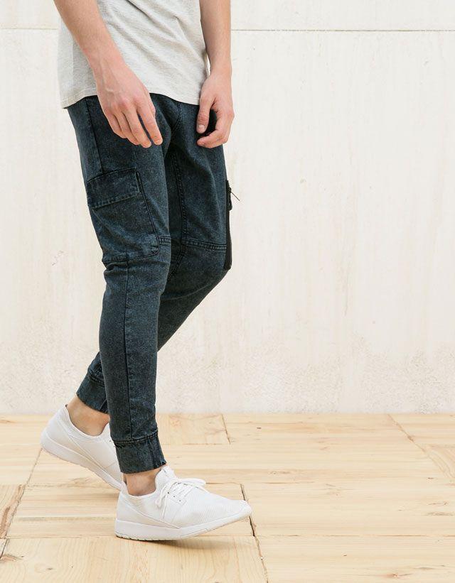 Lo nuevo en moda hombre SS 2016 en Bershka. Compra sudaderas, camisetas, jeans, bermudas, camisas, zapatillas o gorras y consigue un look a la última.