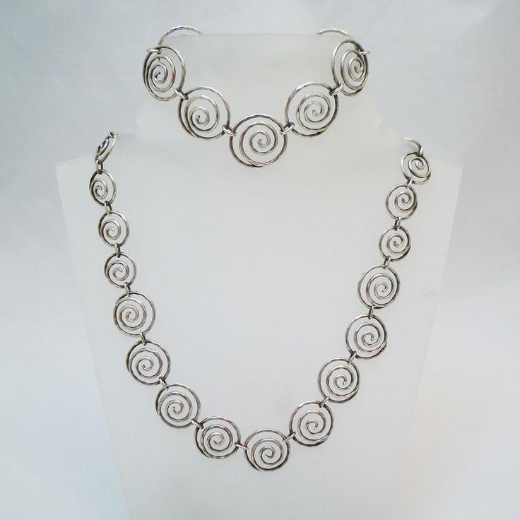 Designkette und Armband Silber Skandinavien Silberschmiedearbeit der 60er Jahre aus 835 Silber, verlaufende Spiralen als Kette mit dazugehörigem Armband