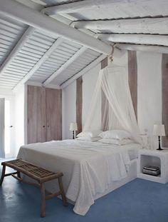 Casa de praia em Portugal - decoração rústico-chic - quarto com cama e mosquiteiro ( Projeto: Vera Iachia )