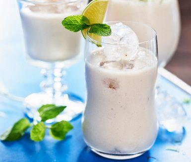 Lime och ingefära ger den lena banansmoothien en frisk och uppiggande smak. Mixad med kokosmjölk så blir smoothien en laktosfri start på dagen eller ett utmärkt mellanmål. Ett snabb smoothie som laddar batterierna med ny energi.