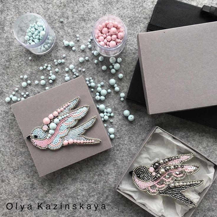 Хотя мое сердце принадлежит ласточкам в одном цвете, по вашим просьбам ласточка в двух цветах - розовом и голубом, для зефирных барышень она свободна) Ласточка серебро/розовый сделана на заказ, возможен повтор ▪️Японский и чешский бисер, кристалы и хрустальные бусины Сваровски, французские пайетки ▪️задняя часть натуральная кожа ▪️замочек с фиксатором ▪️ласточка 2500₽ ▪️для заказа пишем в директ, vi/wts 9104380037