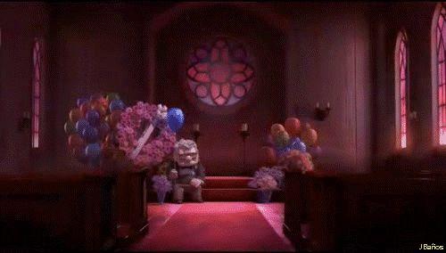 La muerte de Ellie Carl está solo ahora. Ellie ha fallecido y él está sentado junto a una corona de flores. No está sentado en el centro de la imagen, sino hacia un lado. Dejando espacio a su izquierda, lo que nos recuerda que falta alguien. Él solo no llena la imagen, nos falta una persona a su lado. El globo azul está en su mano. Se vuelve a casa. A la de ellos. A la de ella.