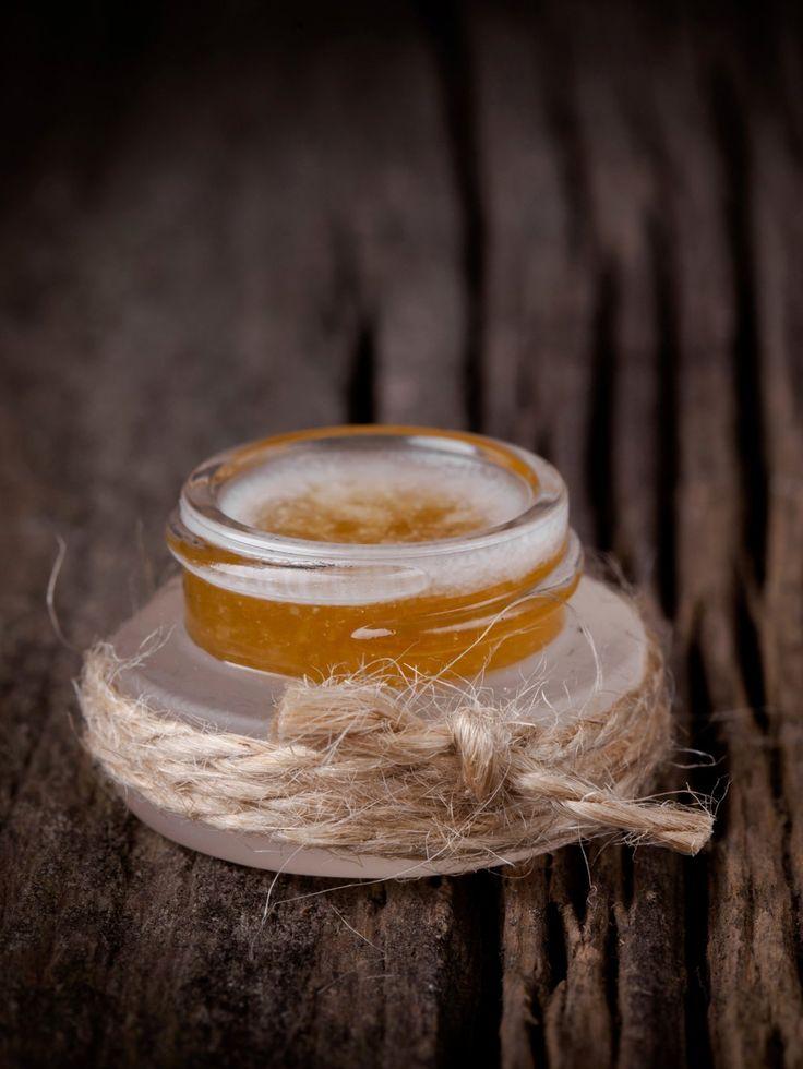 Zucker, Honig und Kokosnussöl Peeling für die Lippen - das kann man ganz schnell selber machen, um rauen Lippen etwas Gutes zu tun!