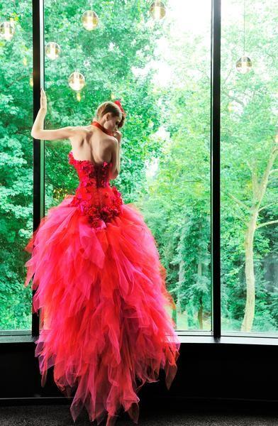 Nicolas Fafiotte couture.  Bustier rouge en satin duchesse, fleurs en soie rouge et fuschia et jupe en foulards de tulles rouge et fuschia.