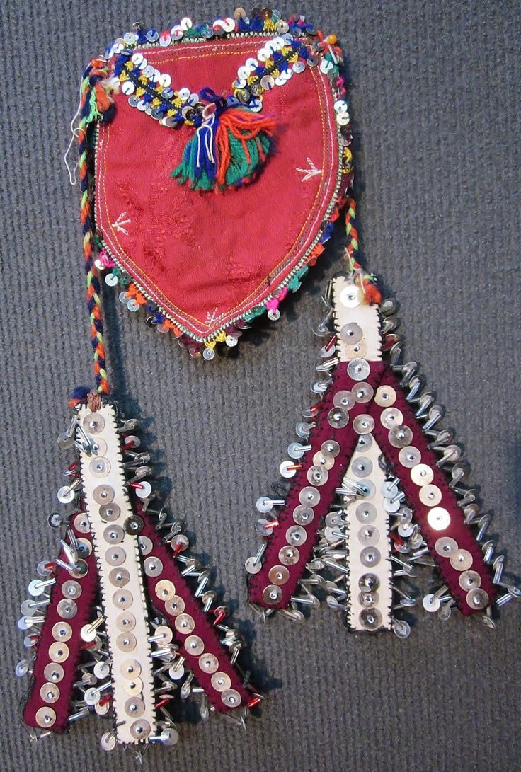 'Kese' (purse).  From the Karakeçeli (Yörük) villages of the Keles district (south of Bursa).  Part of the traditional bridal/festive costume, 1990s.  Adorned with glass pearls, oya (Turkish lace), woollen (orlon) tassels and metal sequins.  (Inv.nr. kes023  - Kavak Costume Collection-Antwerpen/Belgium).