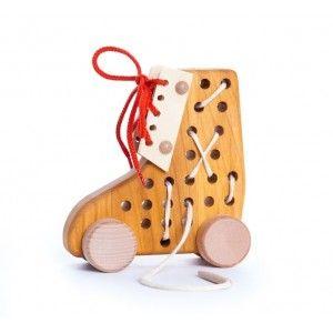 Czy zabawka może nauczyć sznurownia Bucików?   Bajo 34120 - Przeszywanka But - Świetna zabawka zachęcająca dzieci do nauki samodzielnego sznurowania bucików. Bucik jest w kolorze naturalnego drewna, sznurówki kolorowe.  Chcesz wiedzieć więcej? Odwiedź naszą stronę:)  #bajo34120 #DrewnianaPrzeszywnka #ZabawkaEdukacyjna #SznurowanieBucika