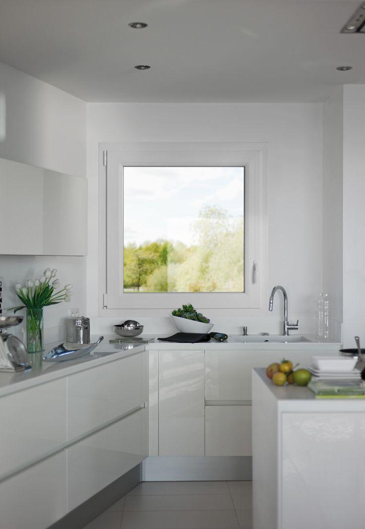 Fenêtre PVC primo à frappe SWAO. Simplicité et efficacité. Économiquement accessible, une réponse pour le marché du neuf et de la rénovation. Une menuiserie PVC traditionnelle ou contemporaine à l'esthétique épurée. Bénéficiez d'un maximum d'apport solaire garanti par la finesse des masses réduites de PVC.