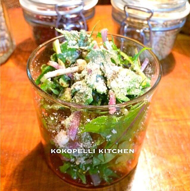 紫色の変わった水菜を見つけたので、刻んだ春菊と合わせて、パルメザンチーズ、ブラックペッパー、バルサミコ酢をかけて出来上がり(^^) - 33件のもぐもぐ - 紫水菜と生春菊のシーザーサラダ by kokopelikitchen