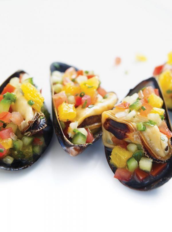 Recette de Ricardo: Moules rafraîchissantes sur coquilles. Une recette santé rapide à préparer. Ingrédients: moules, vin blanc, ciboulette, concombre, huile d'olive, orange...