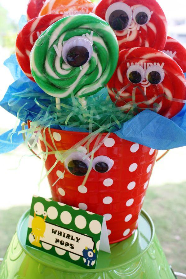 Centro de mesa de fiesta temática de monstruos hecho con caramelos retro y decorado con ojitos.