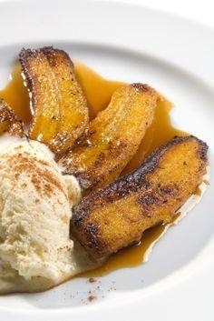 Estos plátano flameados son típicos de Nuevo Orleans y se preparan con una salsa de mantequilla, canela y azúcar que va flameada con licor de plátano y ron añejo.