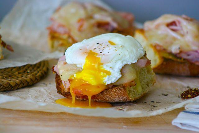 画像1 : 見た目も食欲が増す♪ポーチドエッグつきオープンサンドイッチの作り方 │ macaroni[マカロニ]