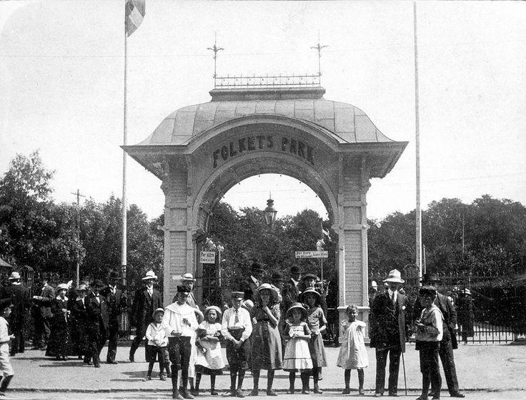 Utanför entrén, tidigt 1900-tal.