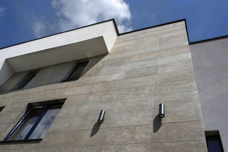 """Płyty elewacyjne Greinplast """"beton architektoniczny"""" - modernizacja elewacji w Skołyszynie. Projekt JCAiD"""