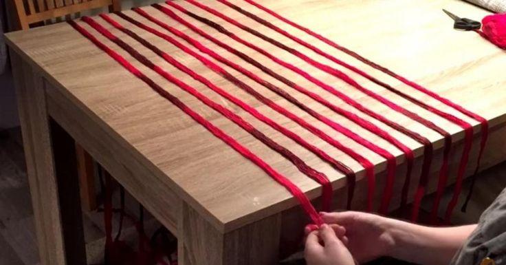 Κόβει χοντρές κλωστές σε λωρίδες και τις τοποθετεί επάνω στο τραπέζι. Μόλις δείτε το αποτέλεσμα, θα τρέξετε να το δοκιμάσετε!