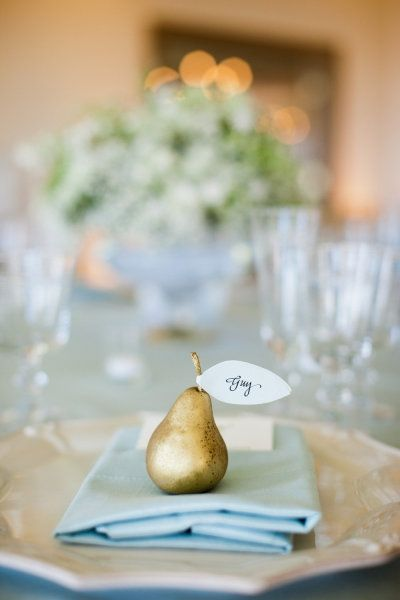 mariage bleu ciel ivoire or doré marque place original forme fruit poire tumblr  Carnet d'inspiration Mademoiselle Cereza mariage bleu ciel, ivoire, blanc