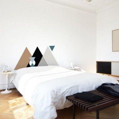Une Chambre toute simple, mais des motifs graphiques en tête de lit qui apporte toute la personnalité | simple Bedroom with graphic prints on wall