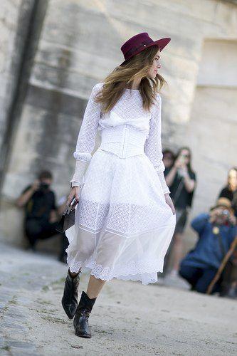 Street style: le total look blanc en 20 inspirations - Bottes de cow-boy et chapeau coloré peuvent twister une robe.© Imaxtree