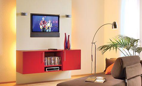 Eine TV-Wand mit Beleuchtung macht das Fernsehen zu einem regelrechten Erlebnis. Diese beleuchtete TV-Wand kann man dank Bausatz ganz schnell selbst aufbauen. Der Vorteil: Hässliche Kabel verschwinden hinter der beleuchteten Wand.