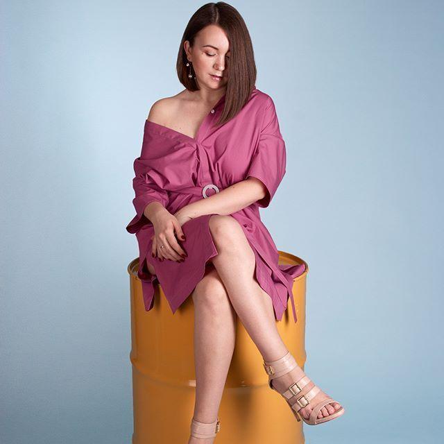 Как выглядеть женственно в рубашке мужского кроя? 5 способов: 1️⃣сочетать с пышными юбками 2️⃣носить платье-рубашку 3️⃣добавить крупные украшения 4️⃣завязать нижнюю часть рубашки 5️⃣добавить ярких аксессуаров . На фото: платье-рубашка Цвета: пыльная роза, желтый Стоимость: 4200 Размер: one size Купить платье wa/v/tel 89500778386, direct Доставка по Иркутску и почтой России бесплатно Гарантия возврата