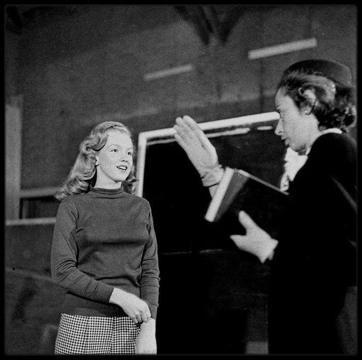 1948 / (Part II) La jeune Norma Jeane suivant les cours de sa professeur d'Art Dramatique, Natasha LYTESS.