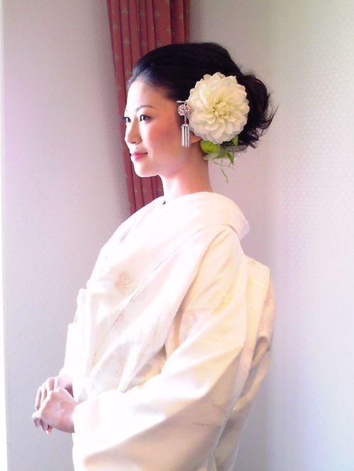 真っ白なダリアを白無垢に合わせたスタイル。花嫁の美しさが引き立ちます!