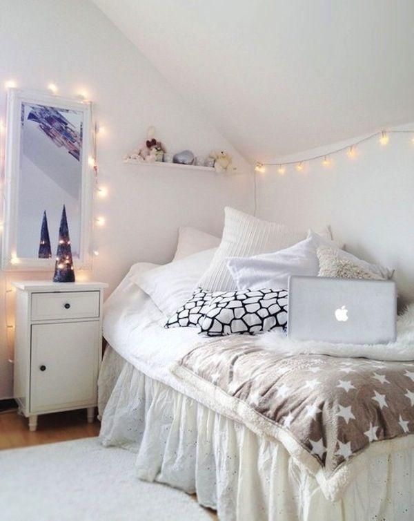 Уютная маленькая белая спальня
