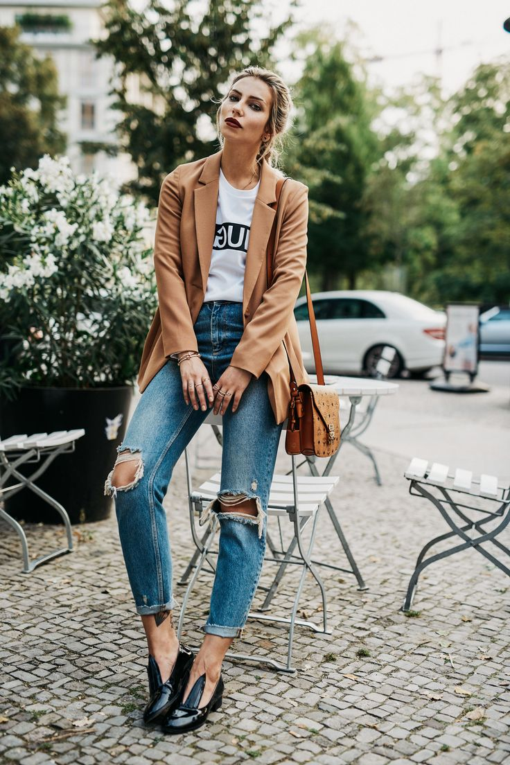 New York..nicht. | Fashion Blog from Germany. White t-shirt with print+ripped jeans+black flats+camel blazer+camel shoulder bag. Fall Outfit 2016