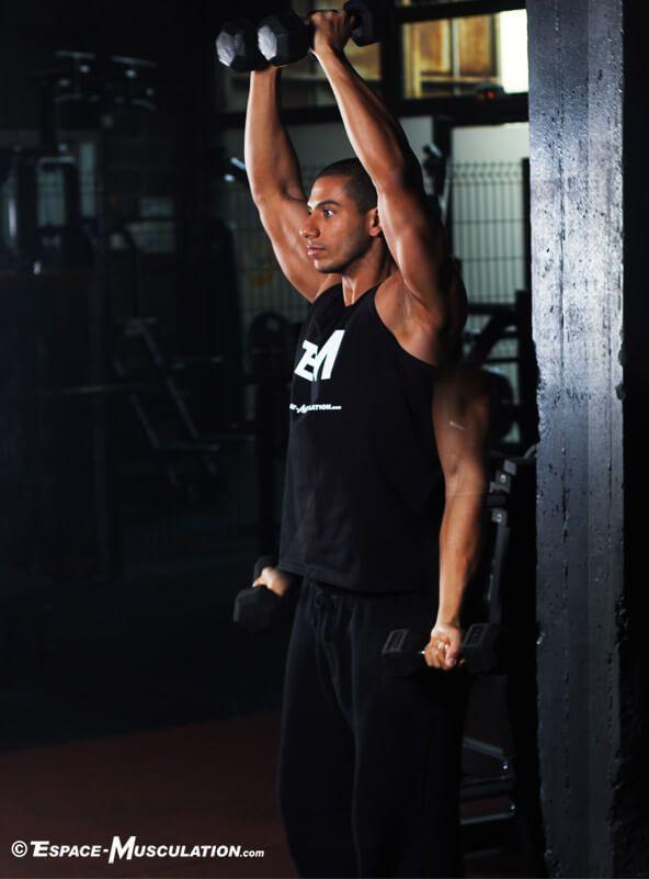 Les élévations latérales sont le mouvement le plus efficace pour cibler la partie moyenne ou latérale du deltoïde, le muscle recouvrant l'épaule.