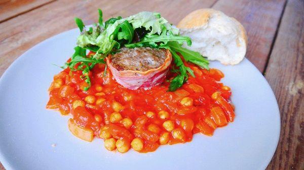 Gehaktmuffins omwikkeld met bacon en met kikkererwten tomatenstoof