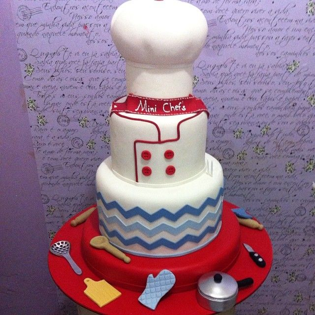 Mini Chefs !! *I personally love the decoration of the bottom of the cake . * What do u think , guys ?