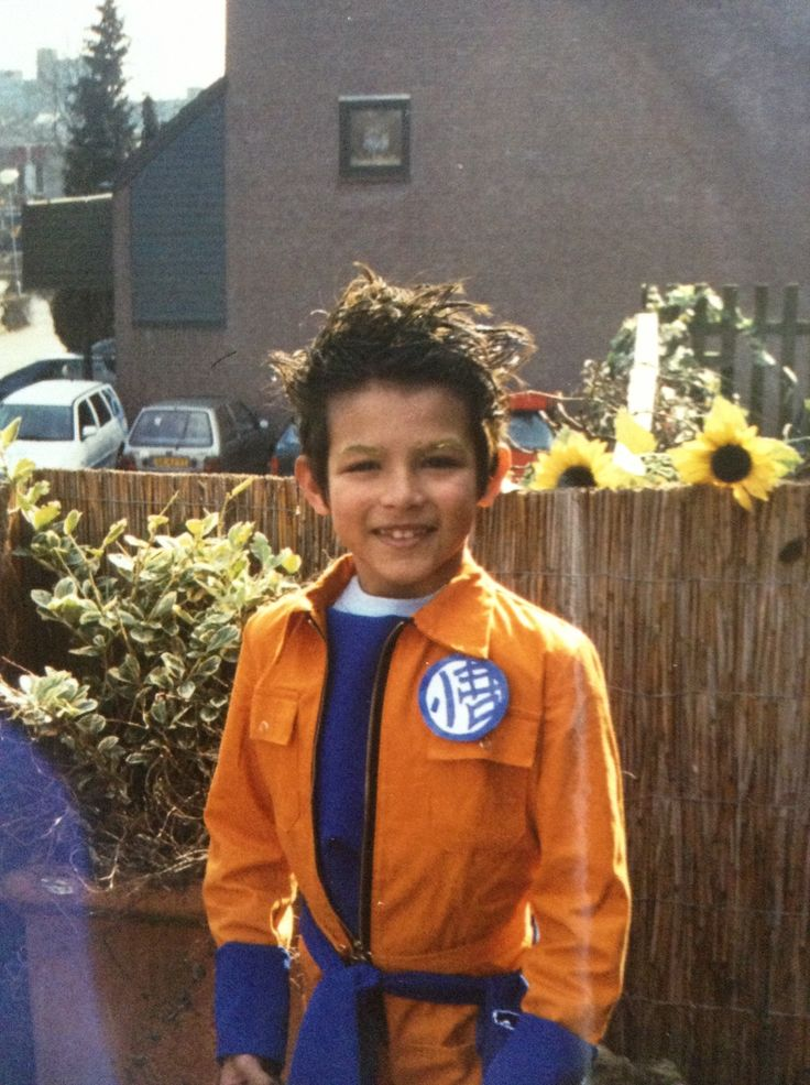 My little nephew dressed up for Dutch Carnaval as Goku. I think this was in 2004 wich makes me 14 years old at that time. It was my first attempt ever on making a costume/sowing something. I took an orange overall and a piece of blue cloth and voila! The button was just plain paper, marker and sticking foil.