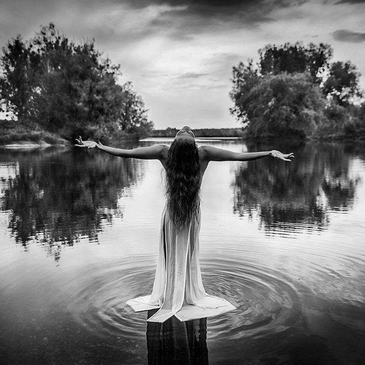 Die erwachte Frau ist an ihrem Ziel angekommen,  in sich selbst … sie vereint alles in sich …  die weise Frau …  die Magierin  die Urfrau …  die Kriegerin …  die Schamanin …  die Göttin.  Sie lebt all dies und doch einzig sich selbst.  Die weise Frau hat sich selbst gefunden,  ruht in der Mitte all der Frauenbilder,  die Sie in all Ihren Leben durchschritten hat.  Sie hat gekämpft, gelitten geliebt, geboren,  und in all den Kämpfen vergangener Jahrhunderte  immer mehr zu ihrem wahren Kern…