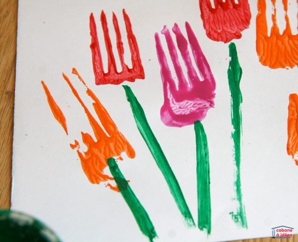 """J'aime le printemps, synonyme de jolies balades, de fleurs éclatantes, d'arbres renaissant... C'est souvent très inspirant et j'ai proposé dernièrement une activité artistique sur le thème des tulipes. Comme les fourchettes ont plus ou moins une forme de tulipe, on en a utilisé pour """"imprimer"""" des tulipes sur une feuille blanche avant de compléter le tableau avec des tiges et des feuilles. Si vous avez vous-aussi envie de proposer cette activité aux enfants, montrez-nous leurs tableaux de…"""