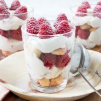 Snel en lekker Frambozen cheesecake glaasjes op tafel, dit kan je al maken in 15…