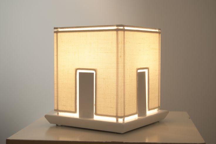 Light house, produzione numerata, lampada da tavolo in tessuto lino fatto a mano, con base in metallo verniciato.