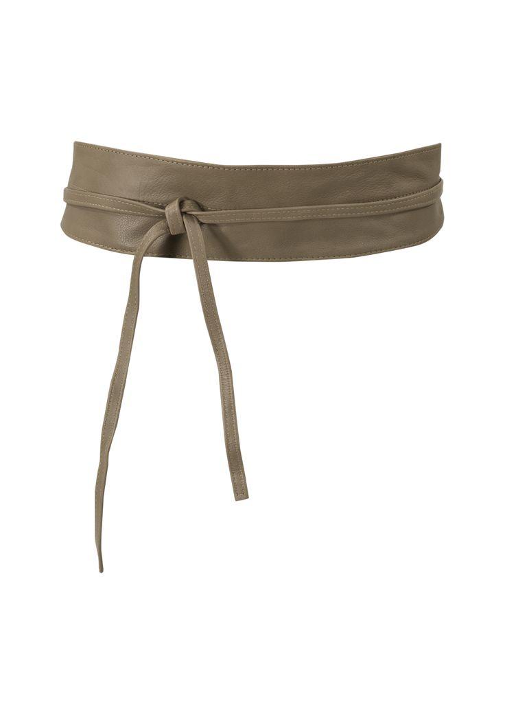 Taupekleurige riem met strikdetail, gemaakt van 100% leer. Het is een brede band die sierlijk is doorgestikt. Promiss nu 20,-
