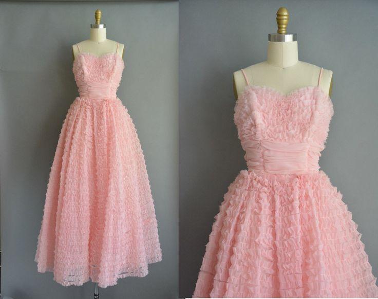 Prachtige vintage jaren 1950 roze partij prom jurk. Volledige lengte past bij ruffle lagen in de gehele. Erg vleiend vrouwelijke ingerichte bovenlijfje met zoete hart hals, zonder been bovenlijfje en volledige rok. Er is een terug metalen rits sluiting.  ✂---M E EEN S U R E M E N T S---  best past: xs  Bust: maximaal 34 Taille: 24/24,5 heupen: open fit totale lengte: 60  materiaal: chiffon voorwaarde: uitstekend _______________________________  ☆ Layaway is beschikbaar voor dit item! ☆ ...