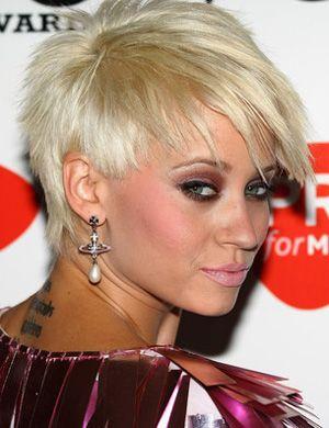 Coloration blond platine sur coiffure courte déstructurée