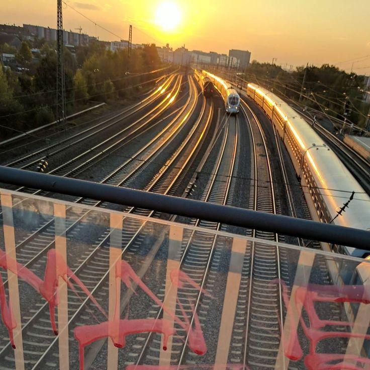 Ein Blick in den #sonnenuntergang #bahn #München