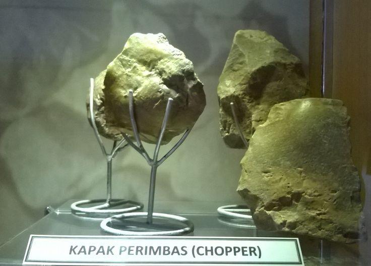 Kapak Perimbas (chopper). Salah satu senjata manusia purba yang terdapat di museum Sangiran #heritage #indonesia