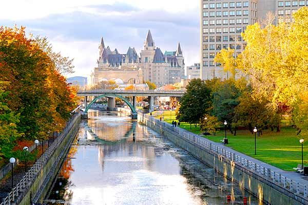 Going for walks along the Rideau Canal with a comfy sweater is the best! #rideaucanal #ottawa #ontario #canada #travel #canada #fall #autumn