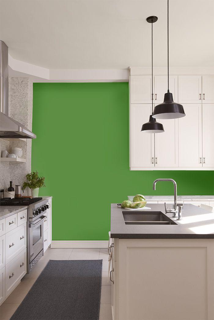 PEINTURE SICO | Une cuisine comme on les aime : futée, moderne et tellement dynamique avec son beau vert vif au mur. Parfaite pour ouvrir l'appétit !