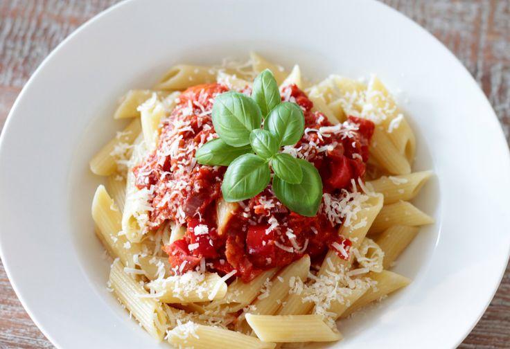 Smaakvol pasta gerecht met een beetje pit én zoetigheid. Penne met een zoete paprika-tomatensaus en gebakken bacon. Ook zonder bacon erg lekker.