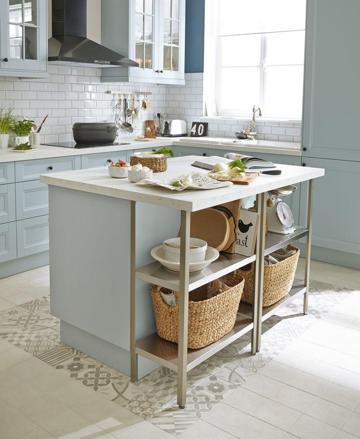 Une cuisine moderne bleue avec îlot central : l'élégance à l'anglaise. Modèle…