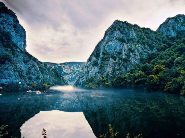 es una pequeña ciudad pintoresca en Macedonia, uno de los museos de vida de las regiones. Es el asiento de Kratovo Municipio. Se encuentra en la ladera occidental del Monte Osogovo a una altitud de 600 metros (2.000 pies) sobre el nivel del mar. Tener un clima suave y agradable, que se encuentra en el cráter de un volcán extinto. Es famoso por sus puentes.