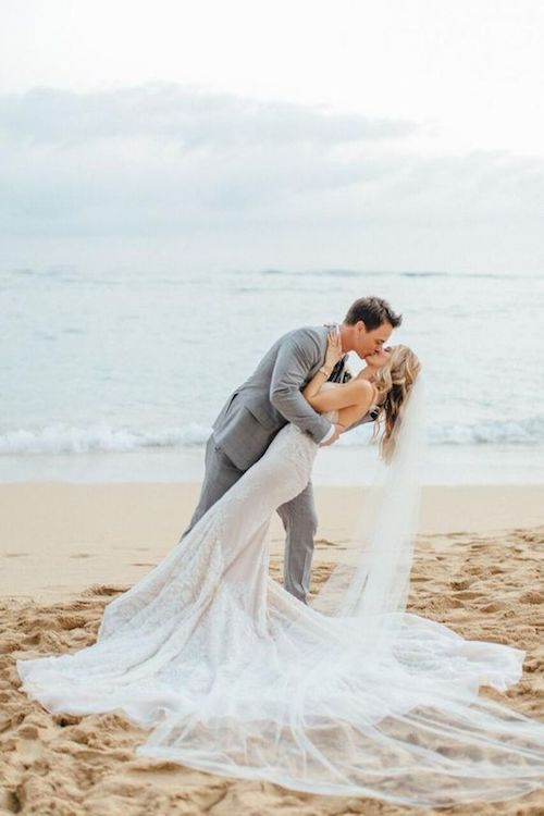 Un Beso de Novela. El beso de los actores de telenovela Kelly Kruger y Darin Brooks en Hawaii. Crédito de fotografía: Aria Studios.