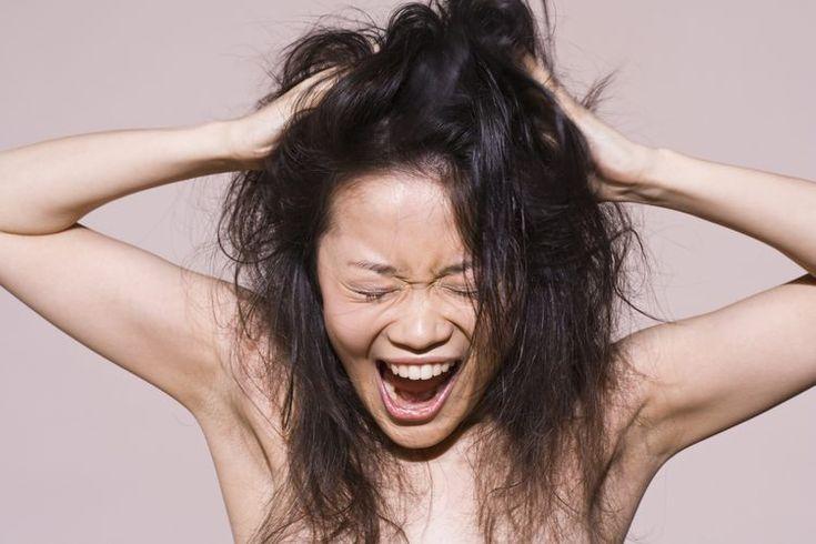 Cómo controlar naturalmente el cabello encrespado. El cabello encrespado ocurre cuando las capas protectoras externas del los folículos capilares se levantan. Aparte de cortar el cabello, puedes combatir este problema usando productos con ingredientes naturales, los cuales se absorben mejor por el ...