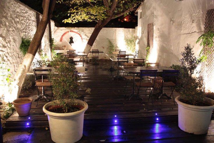 El Picoteo  Avec le superbe patio intimiste et convivial à la fois et les délicieux tapas à l'espagnole, El Picoteo est un vrai bon plan pour une soirée en amoureux ou entre amis, du côté de la Plaine. La cuisine est espagnole et se compose de tapas de viandes, de légumes et de poissons qui varient en fonction des saisons ; l'assurance de déguster des produits de qualité. Ouvert du mardi au mercredi de 19h à 22h30 et du jeudi au samedi de 19h30 à 23h 53 rue Saint Pierre, 13005 Marseille